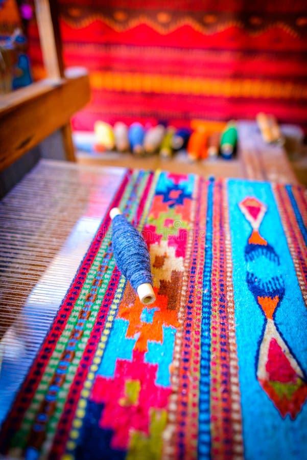 El tejer mexicano tradicional en un telar imagen de archivo