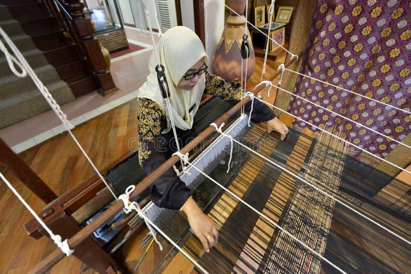 El tejer tradicional de Songket fotografía de archivo