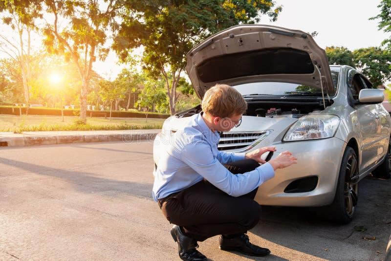 El teléfono del uso del agente de seguro toma un coche de la foto después del accidente, concepto del seguro imagenes de archivo