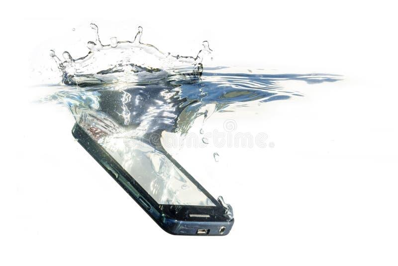 El teléfono elegante está cayendo en el agua con el chapoteo, concepto para w imágenes de archivo libres de regalías
