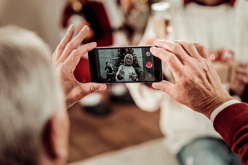 El teléfono móvil moderno elegante que está adentro sirve las manos fotos de archivo libres de regalías