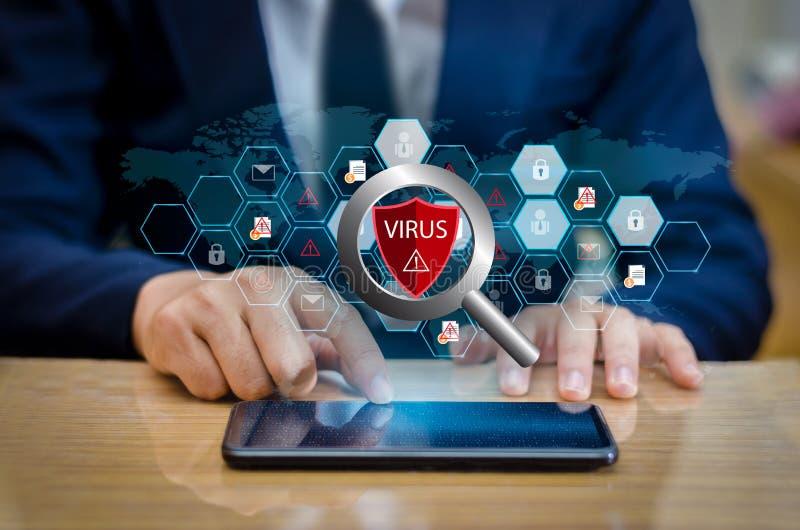 El teléfono rojo Smartphone de Internet del virus del escudo se protege contra los ataques del pirata informático, de la prensa d fotos de archivo libres de regalías