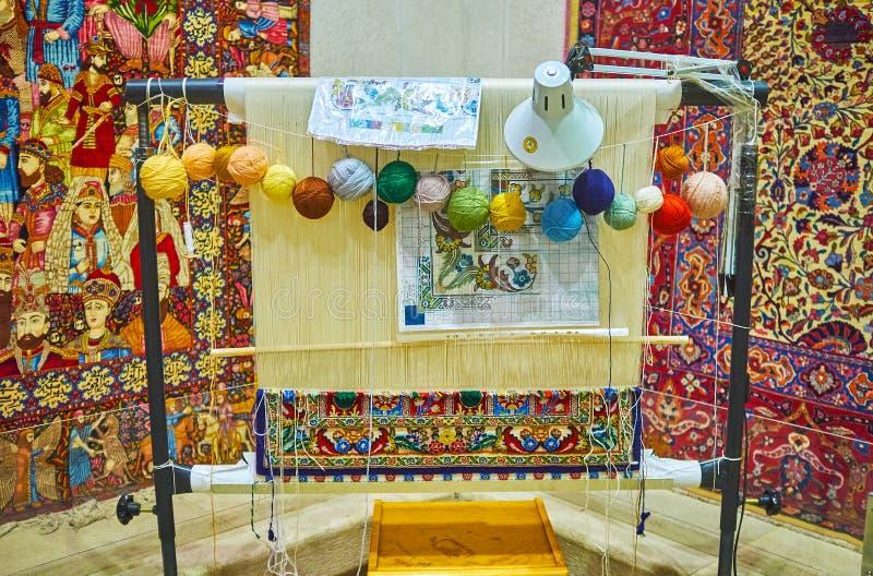 El telar de mano en el museo de la alfombra de Irán, Teherán foto de archivo