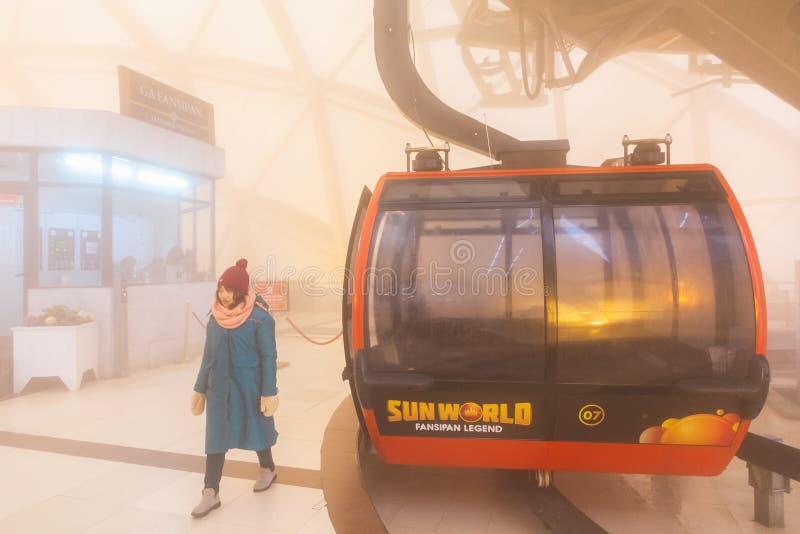 El teleférico eléctrico va al pico de montaña de Fansipan la montaña más alta de Indochina, en 3.143 metros en Sapa, Vietnam fotos de archivo