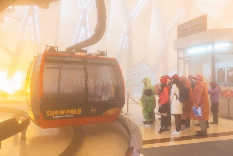 El teleférico eléctrico va al pico de montaña de Fansipan la montaña más alta de Indochina, en 3.143 metros en Sapa, Vietnam imagen de archivo libre de regalías