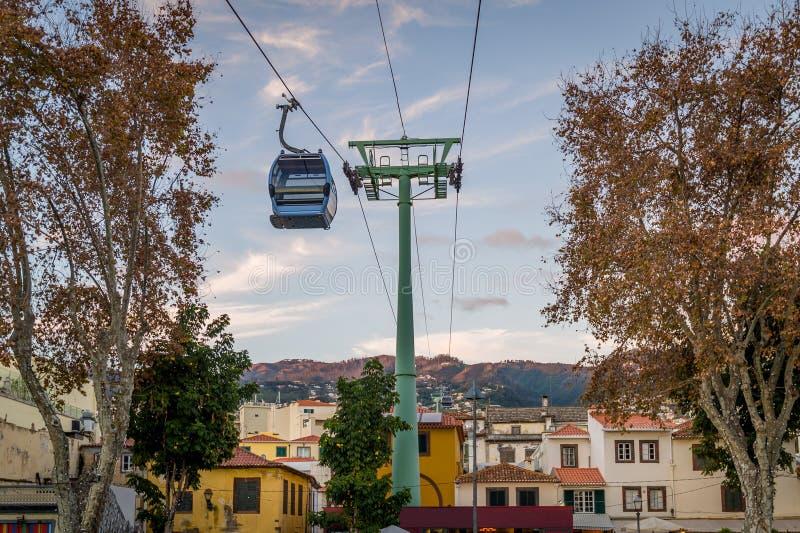 El teleférico está pasando la ciudad vieja de Funchal Isla de Madeira fotografía de archivo libre de regalías