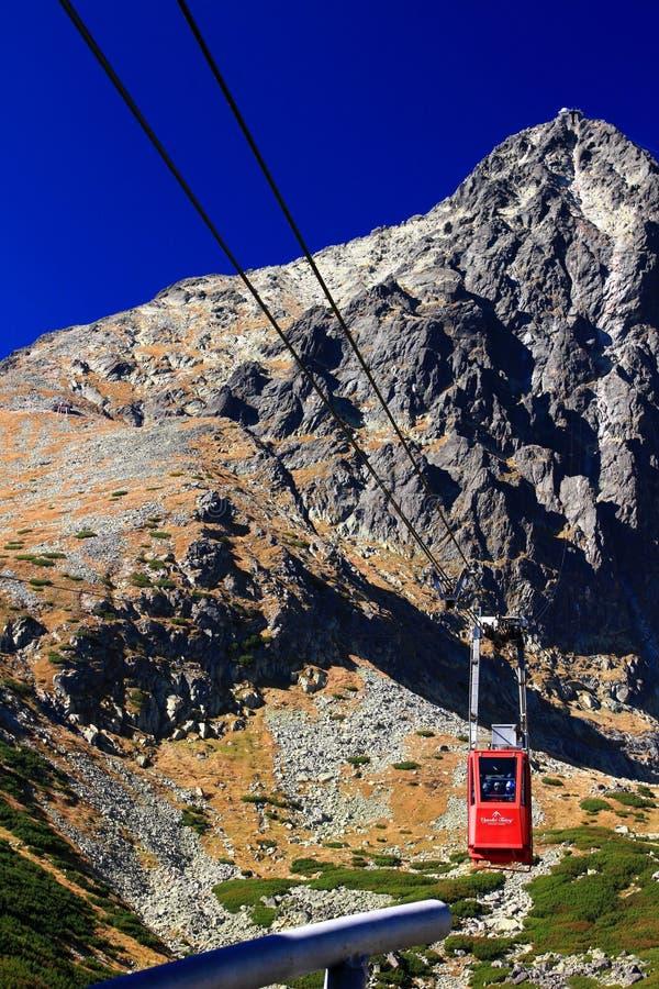 El teleférico rojo llega el pleso de Skalnate del pico de Lomnicky imagen de archivo