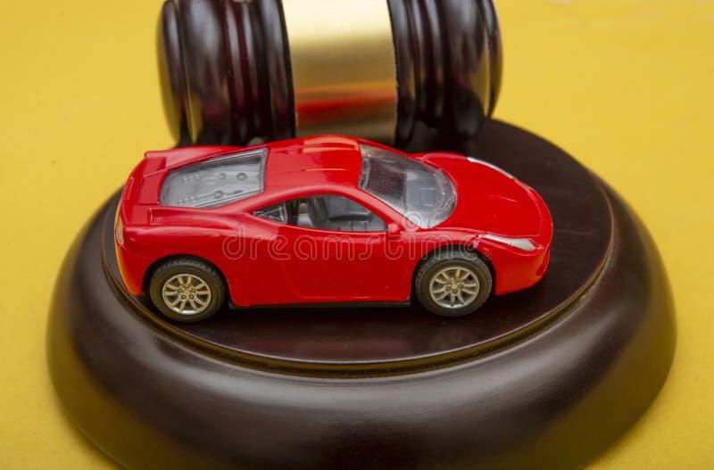 El tema de la conducción y la ley, el concepto de protección de automóviles fotografía de archivo