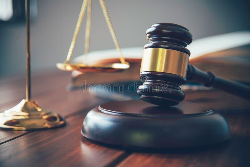 El tema de la ley, mazo del juez, agentes de la autoridad, eviden fotografía de archivo libre de regalías