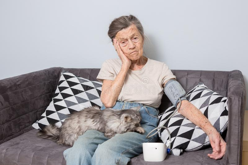El tema es mismo problemas de la persona mayor y de salud Una mujer caucásica mayor, 90 años, con las arrugas y el pelo gris fotos de archivo