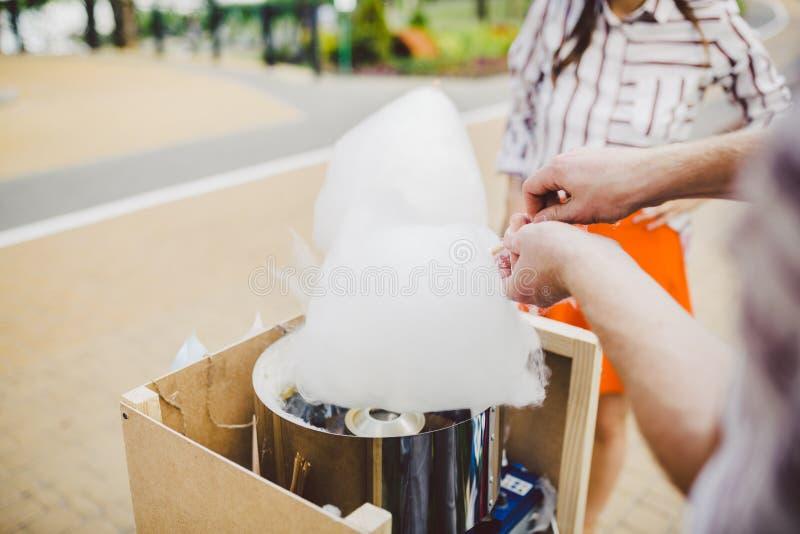 El tema es una pequeña empresa de la familia que cocina los dulces El dueño del comerciante de la mujer joven del primer de las m imagen de archivo
