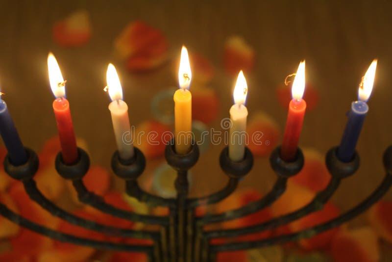 El tema judío del día de fiesta de Jánuca con las velas se enciende en el menorah fotos de archivo libres de regalías
