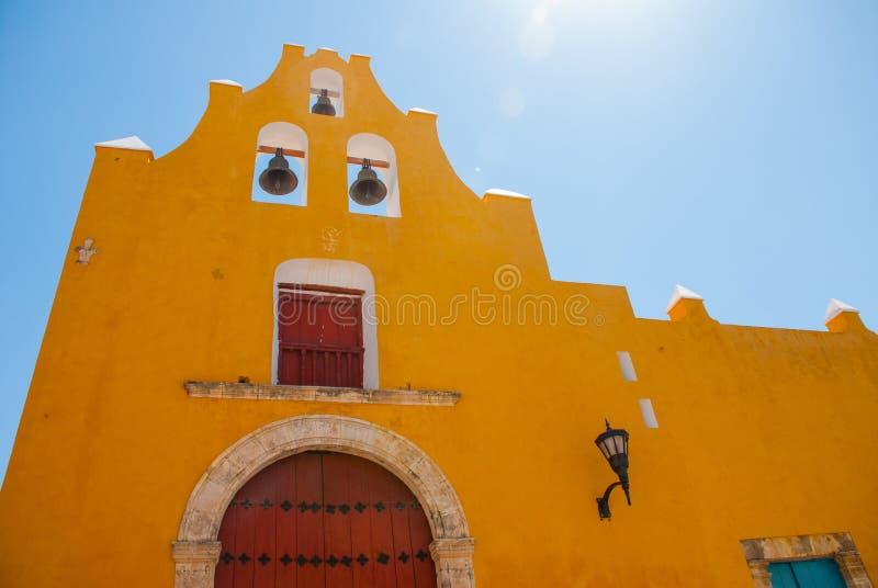 El templo con las campanas Arquitectura amarilla de la iglesia y del colonial en San Francisco de Campeche , México fotos de archivo libres de regalías