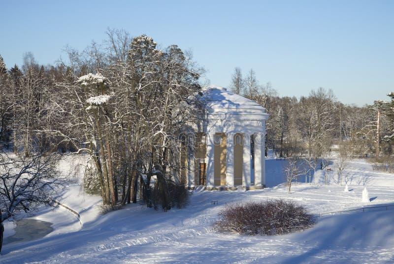 El templo día de invierno del amor y de la amistad Parque de Pavlovsk imagen de archivo libre de regalías