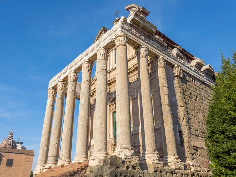 El templo de Antoninus y de Faustina es una Roma antigua, foro Romanum foto de archivo libre de regalías