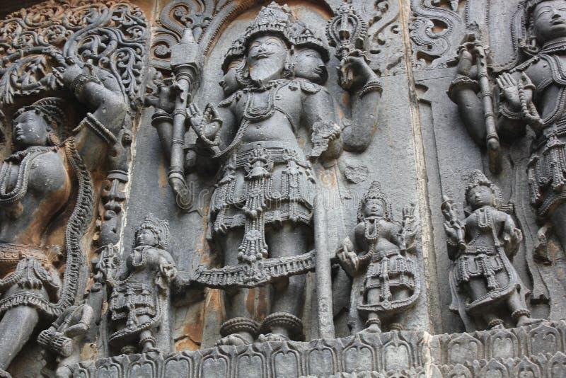 El templo de Hoysaleswara fuera de la pared talló con la escultura de Lord Brahma God de la creación imagen de archivo