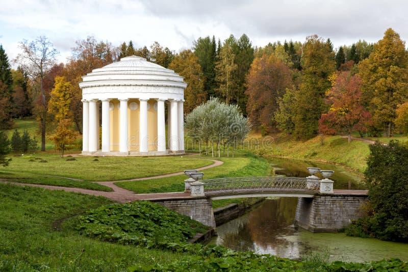 El templo de la amistad en el parque de Pavlovsk (1780) Rusia imagenes de archivo