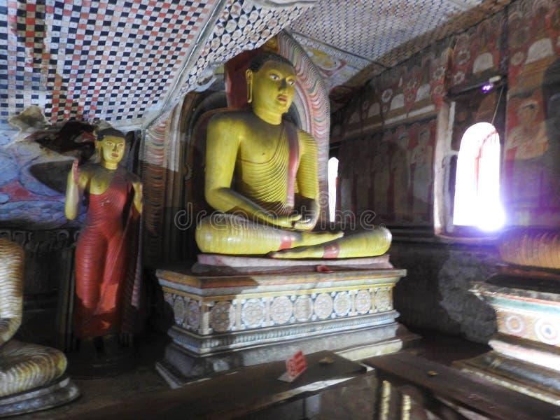 El templo de oro de Dambulla es sitio del patrimonio mundial y tiene un total de un total de 153 estatuas de Buda, tres estatuas  fotos de archivo