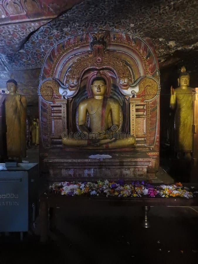 El templo de oro de Dambulla es sitio del patrimonio mundial y tiene un total de un total de 153 estatuas de Buda, tres estatuas  foto de archivo libre de regalías
