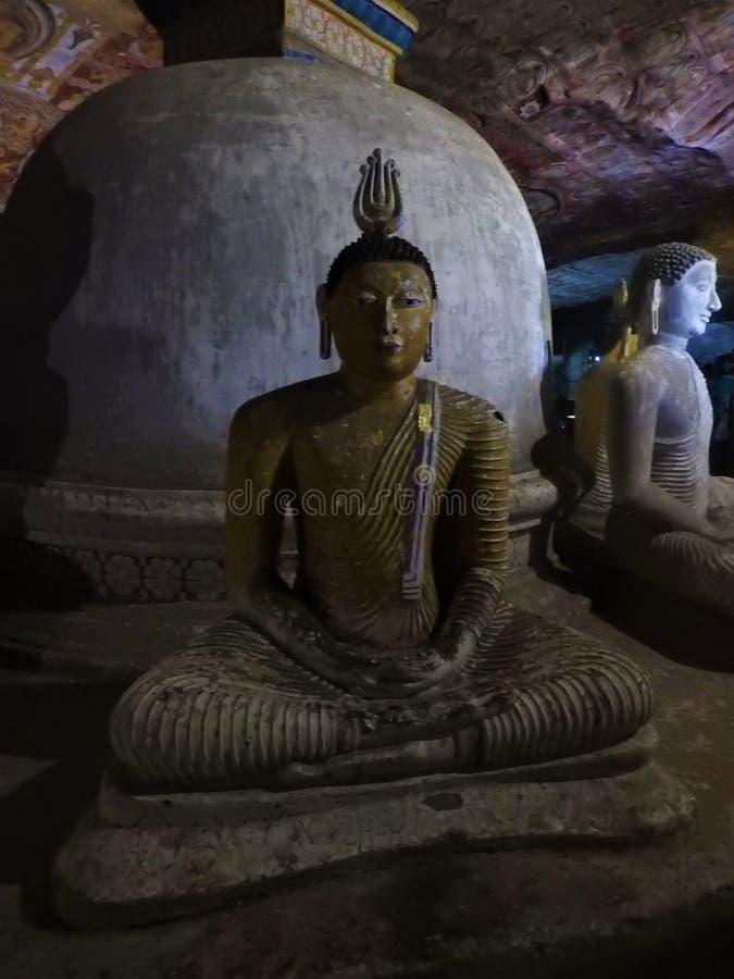 El templo de oro de Dambulla es sitio del patrimonio mundial y tiene un total de un total de 153 estatuas de Buda, tres estatuas  fotografía de archivo libre de regalías