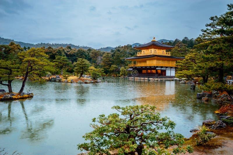 El templo de oro del pabellón es templo budista de zen en Kyoto, Japón foto de archivo