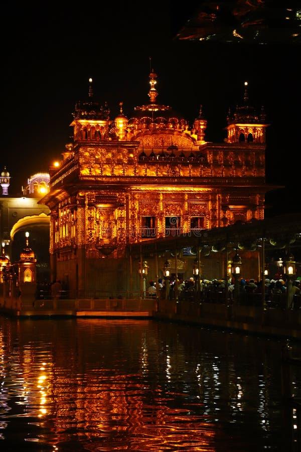 El templo de oro en Amritsar, Punjab, la India, el icono m?s sagrado y el lugar de la adoraci?n de la religi?n sikh Iluminado en  fotografía de archivo libre de regalías