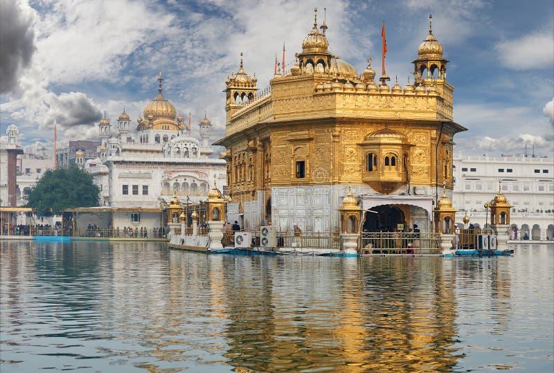 El templo de oro, situado en Amritsar, Punjab, la India fotografía de archivo