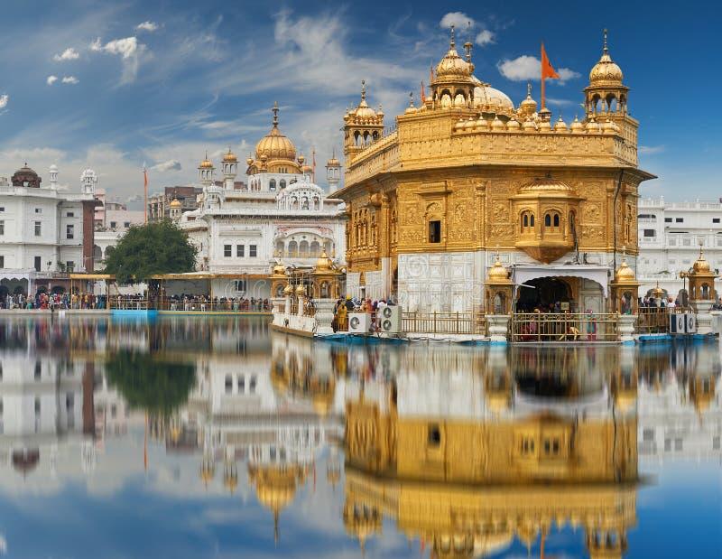 El templo de oro, situado en Amritsar, Punjab, la India foto de archivo