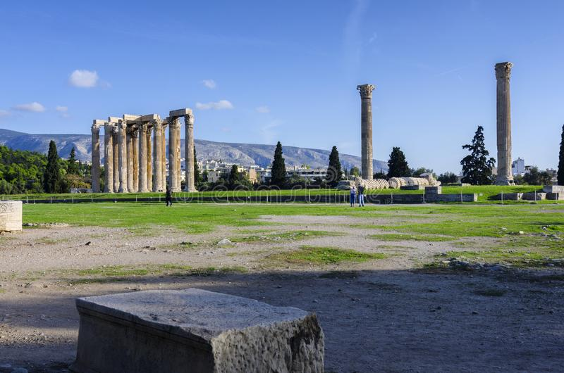 El templo de Zeus olímpico también conocido como el Olympieion o las columnas de Zeus olímpico en el centro de la ciudad de Atena foto de archivo libre de regalías