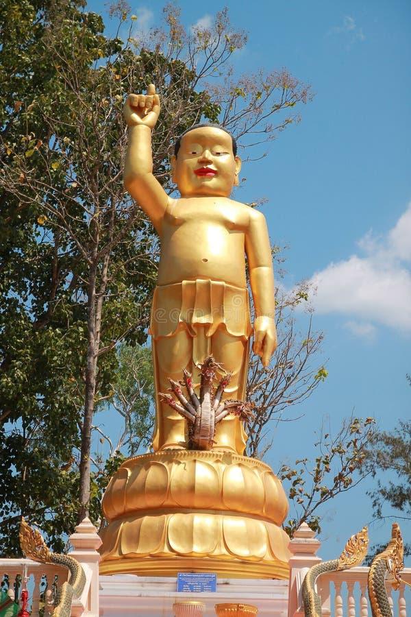 El templo en Tailandia allí es un Buda hermoso Talla antigua de madera Wat Thai Samakkhi, Mae Sot District, Tak Province fotografía de archivo