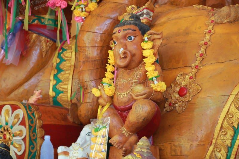 El templo en Tailandia allí es un Buda hermoso Talla antigua de madera Wat Thai Samakkhi, Mae Sot District, Tak Province imagen de archivo
