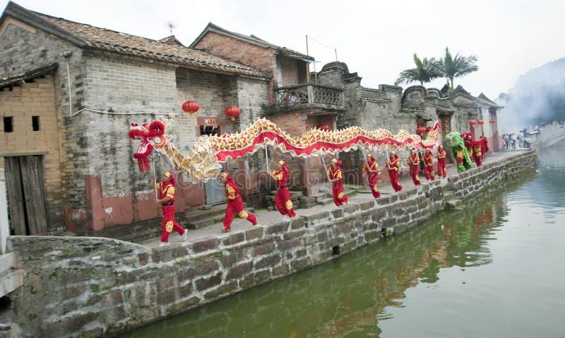 El templo justo en aldea china foto de archivo