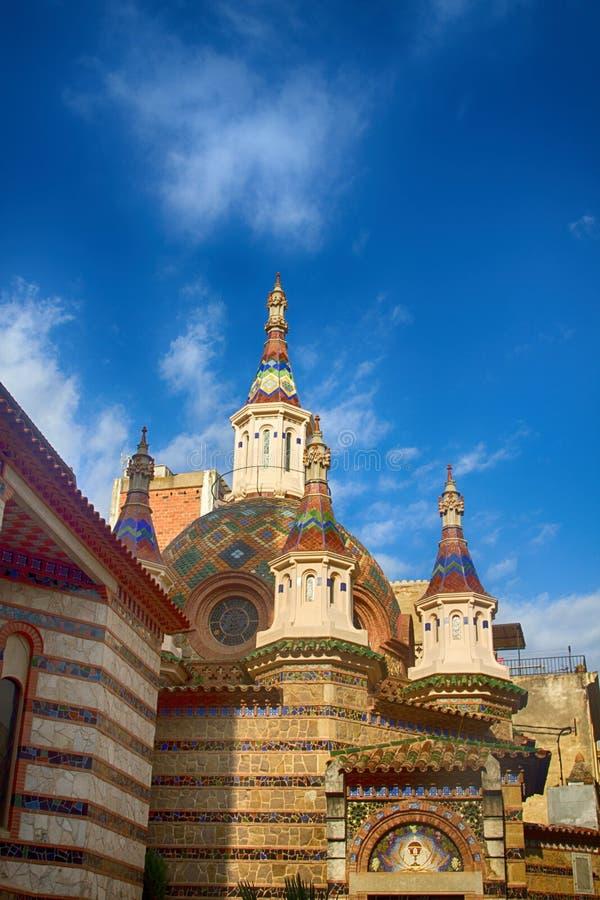 el templo se cubre con la figura ortogonal coloreada de las tejas en Lioret de Ma fotografía de archivo