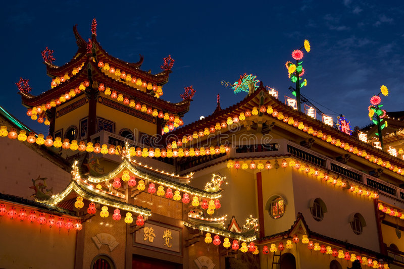 El templo se encendió para arriba por Año Nuevo chino imagenes de archivo