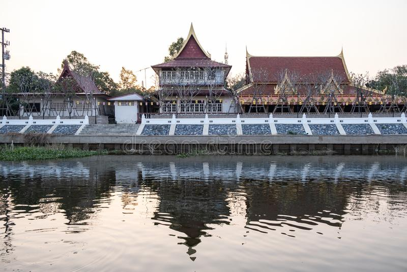 El templo viejo por la tarde junto con el río de Khot en Wat Tanod, Phra Nakhon Si Ayutthaya, Tailandia fotos de archivo