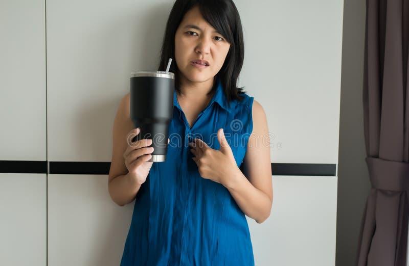 El tener asiático o ácidos sintomáticos del reflujo, enfermedad de la mujer del reflujo gastroesofágico fotografía de archivo