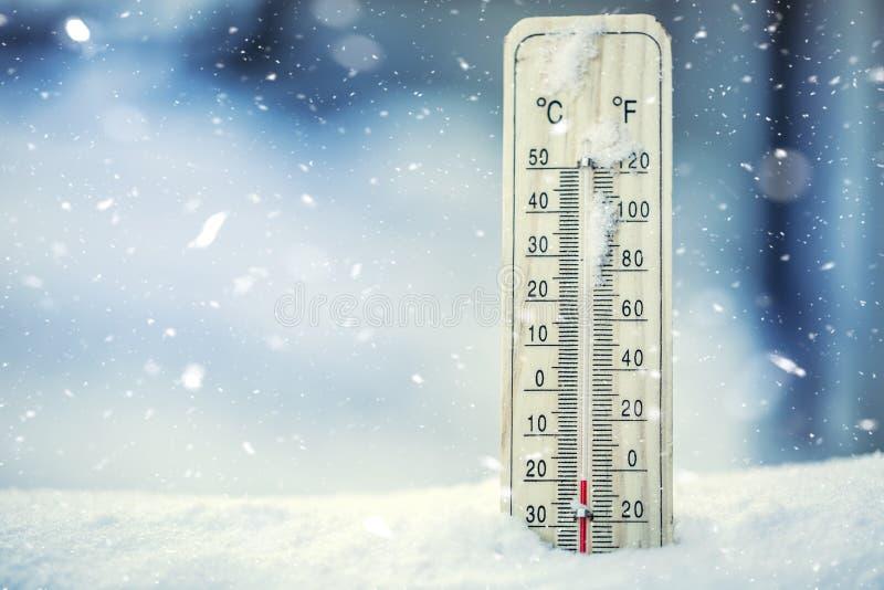El termómetro en nieve muestra bajas temperaturas bajo cero Bajas temperaturas los grados Celsius y Fahrenheit foto de archivo libre de regalías