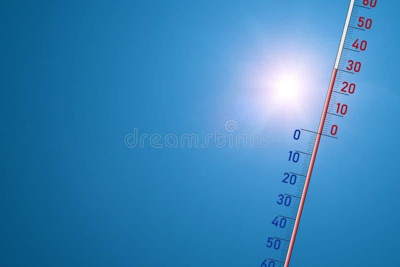 El termómetro en un fondo azul y en sol brillante muestra 30 grados de calor foto de archivo