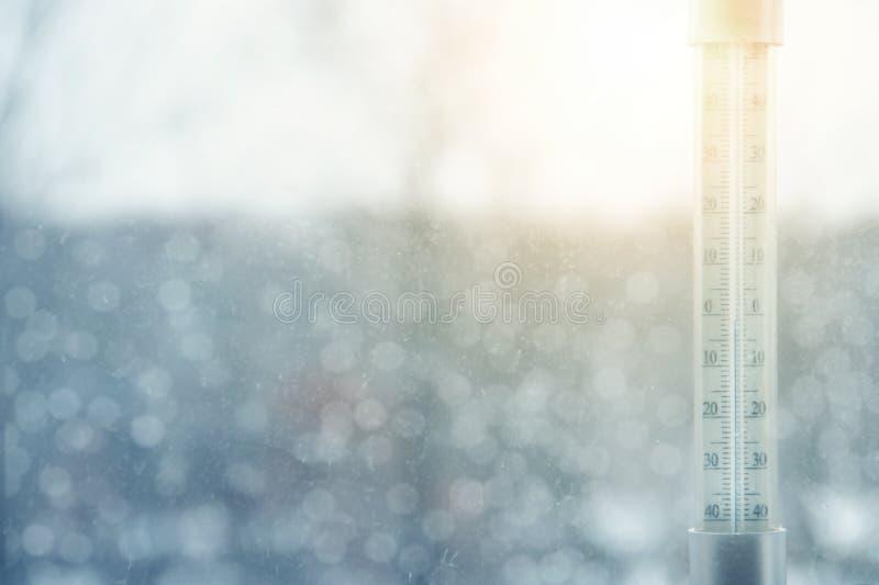 El termómetro fuera de la ventana muestra temperaturas de congelación en día soleado del invierno imagen de archivo libre de regalías