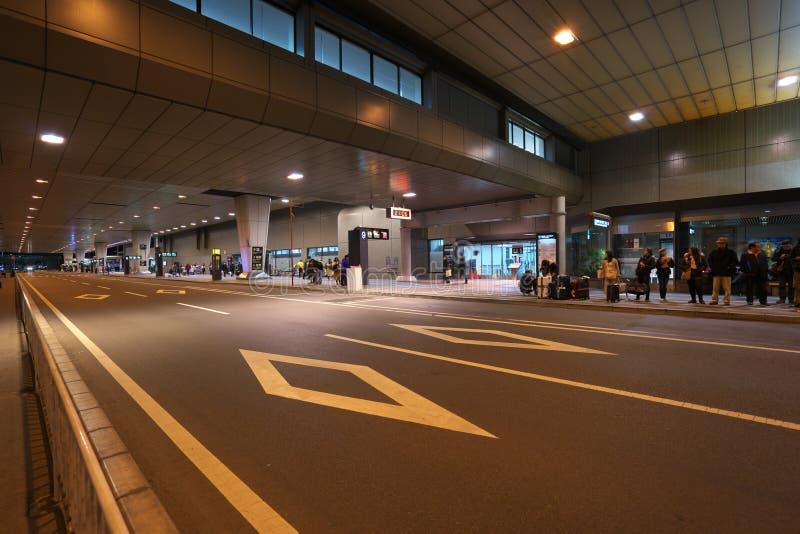 El terminal de aeropuerto internacional de Narita 2 primero planta paradas de autobús en la noche fotos de archivo libres de regalías