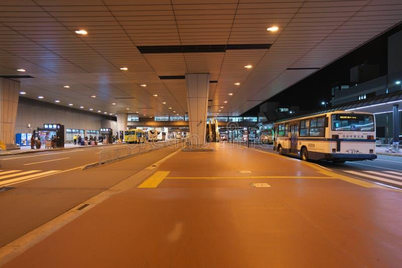 El terminal de aeropuerto internacional de Narita 2 primero planta paradas de autobús en la noche fotos de archivo
