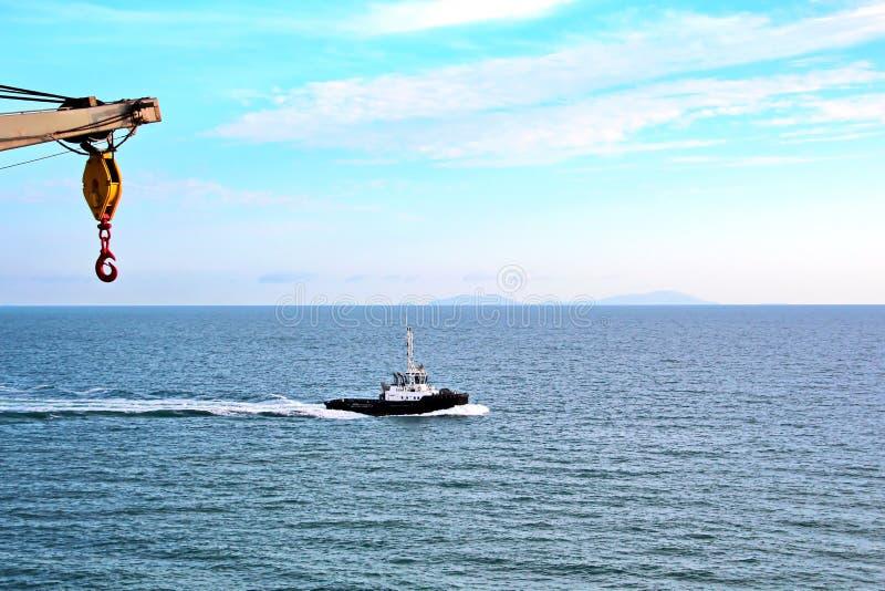 El terminal del cargamento de los productos del carbón para los buques de carga, los bulkers y la vista del cargo cranes el carga imagen de archivo libre de regalías