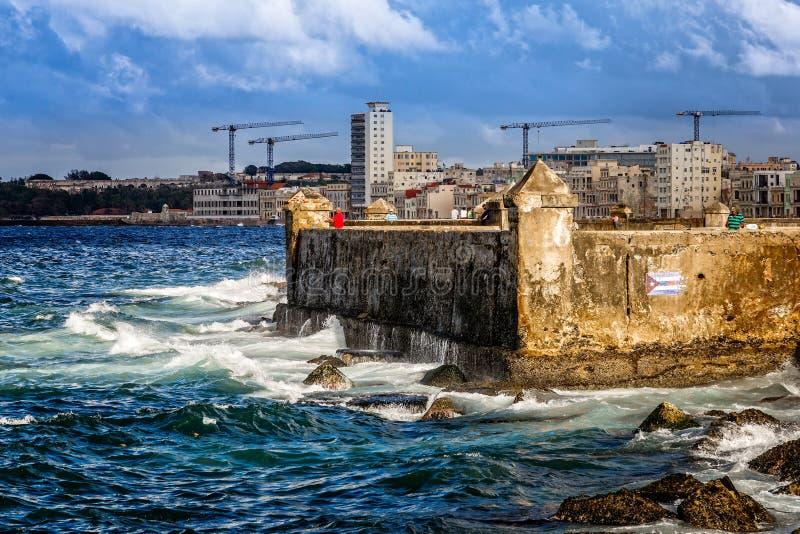 El terraplén de la calle de Malecon y las ondas de Océano Atlántico, con se convierten imagen de archivo