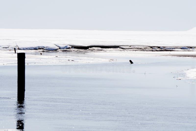 El terraplén de Obolon en un afición-invierno peligroso que pescaba el río fue cubierto con el primer hielo fino, pero los amante fotos de archivo