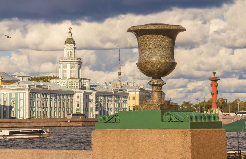 El terraplén del Ministerio de marina en St Petersburg se adorna con los floreros decorativos del pórfido hechos en Suecia fotografía de archivo libre de regalías