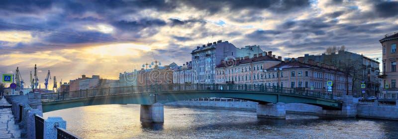 El terraplén del río de Fontanka en St Petersburg en la disminución emite imagen de archivo