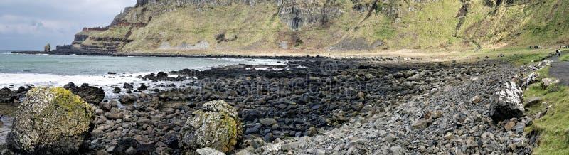 El terraplén y el gigante es costa en el condado Antrim fotografía de archivo