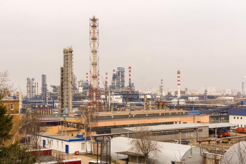 El territorio de la central eléctrica Edificios de la fábrica con los tubos imagen de archivo