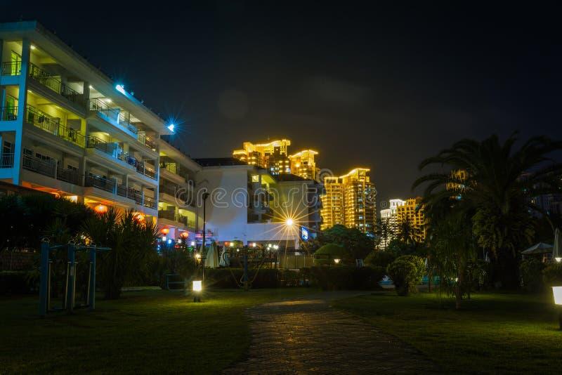 El territorio del hotel en la noche China, Hainan imagen de archivo libre de regalías