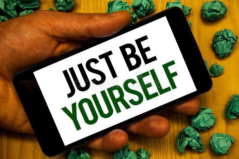 El texto apenas sea usted mismo de la escritura Mano confiada verdadera de la motivación de la honradez de la confianza de la act fotos de archivo libres de regalías